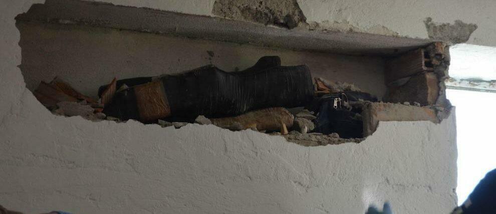 Scoperte armi e munizioni nascoste in un casolare a Bianco, due arresti