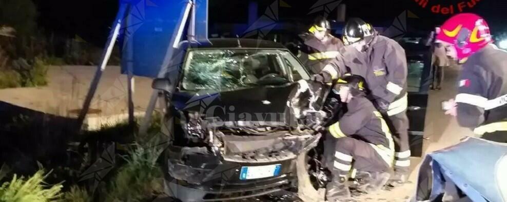 Scontro frontale tra 2 auto, il bilancio è di 3 persone ferite