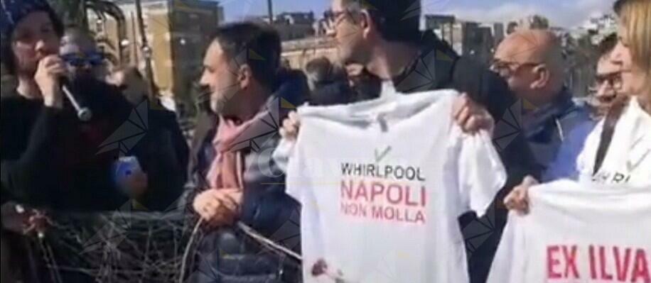 """Sardine a Taranto con operai Whirlpool ed Ex ILVA. Santori: """"Siamo nella stessa rete"""""""