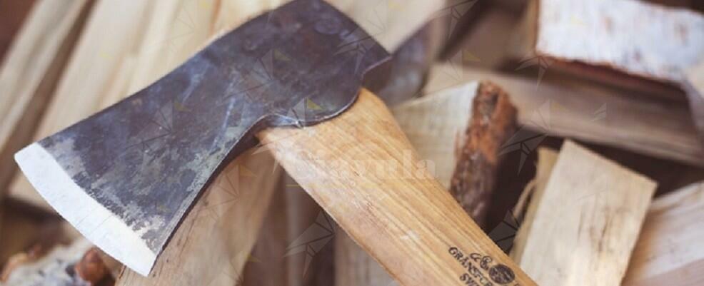 Armato di accetta e martello distrugge un bar. Arrestato