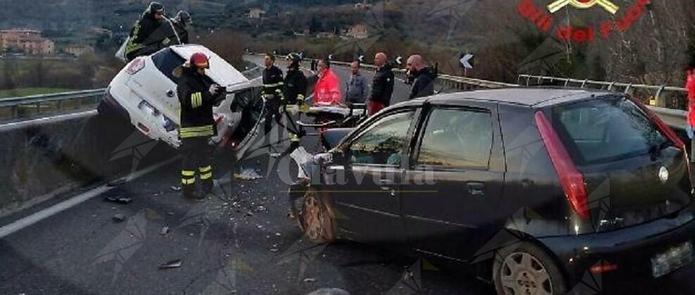 Auto in bilico sullo spartitraffico dopo un incidente. 2 persone ferite