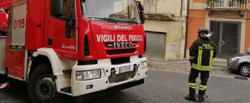 Tetto divelto e rami caduti in Calabria per il forte vento: numerosi interventi dei vigili del fuoco