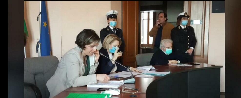 Domenico Campisi fuma in municipio, nonostante la presenza della polizia municipale. L'unica scusante è che Cagliuso lo fa incazzare