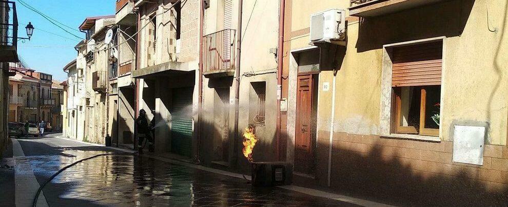 Paura in Calabria, bombola del gas prende fuoco. Provvidenziale l'intervento dei pompieri