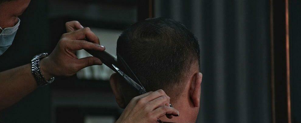 Barbiere beccato mentre taglia i capelli a pregiudicato agli arresti domiciliari