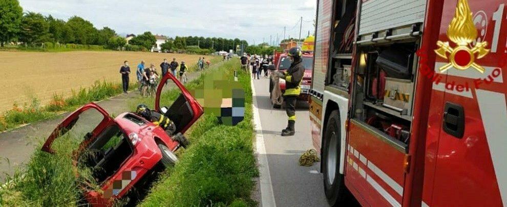 Perde il controllo dell'auto e finisce in un fossato: intervengono i vigili del fuoco