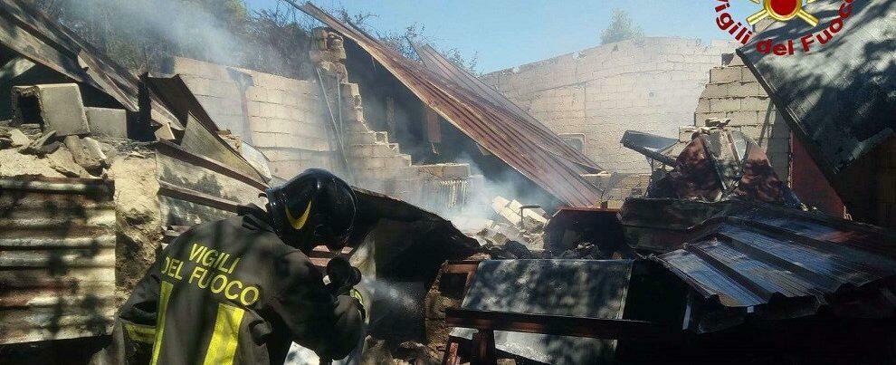 Incendio in un capannone agricolo, intervengono i vigili del fuoco