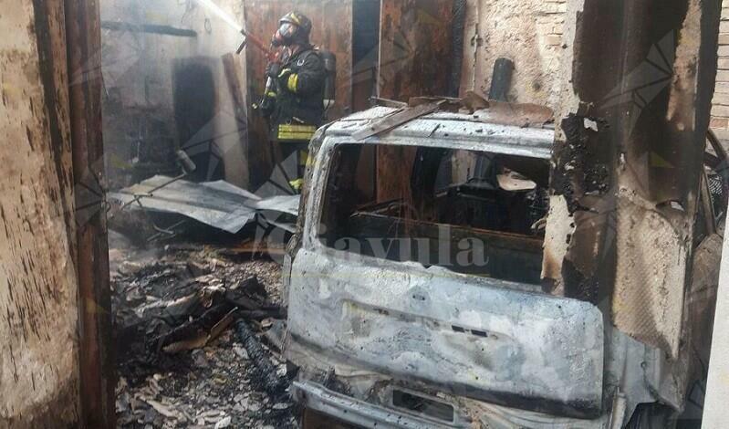 Scoppia incendio in un box auto. Provvidenziale l'intervento dei vigili del fuoco