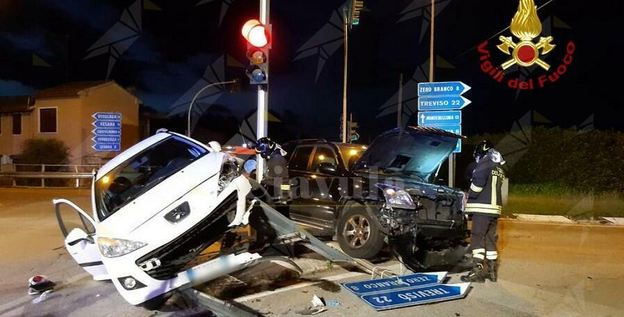 Incidente tra 2 auto al semaforo, un ferito