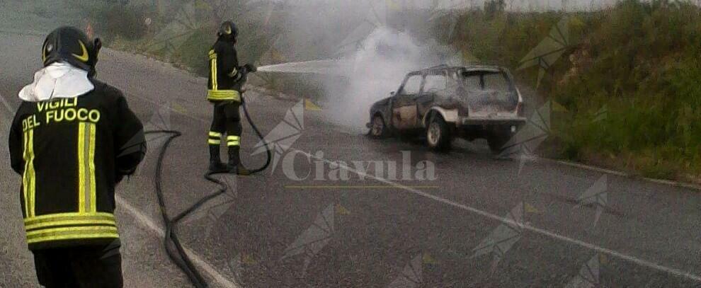 In Calabria auto prende fuoco mentre il conducente la guida