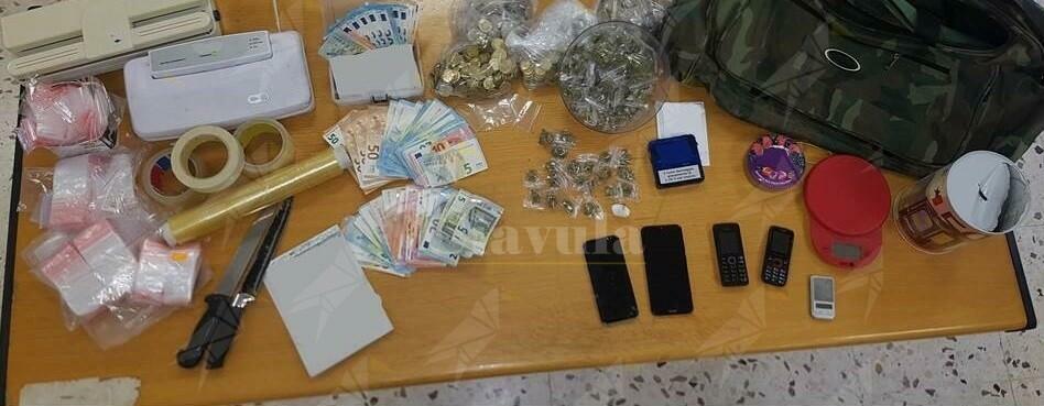 Sorpresi in casa con cocaina e marijuana. arrestati 3 spacciatori