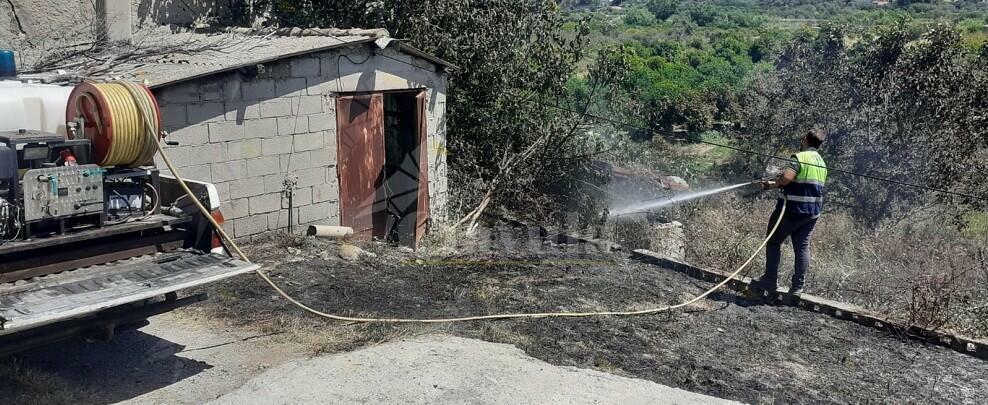 Caulonia: la Protezione civile salva dalle fiamme un'abitazione e un trattore
