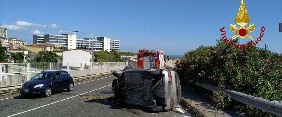 Incidente stradale in Calabria, auto si ribalta