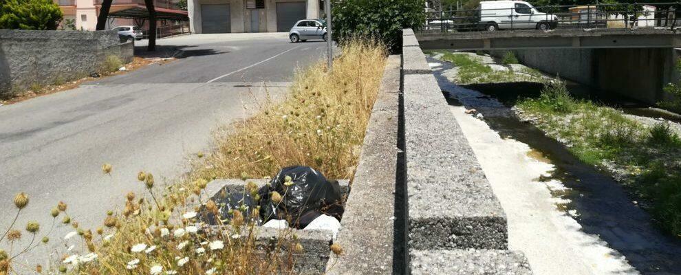 Gioiosa, rifiuti abbandonati nei pressi del ponte del Gallizzi