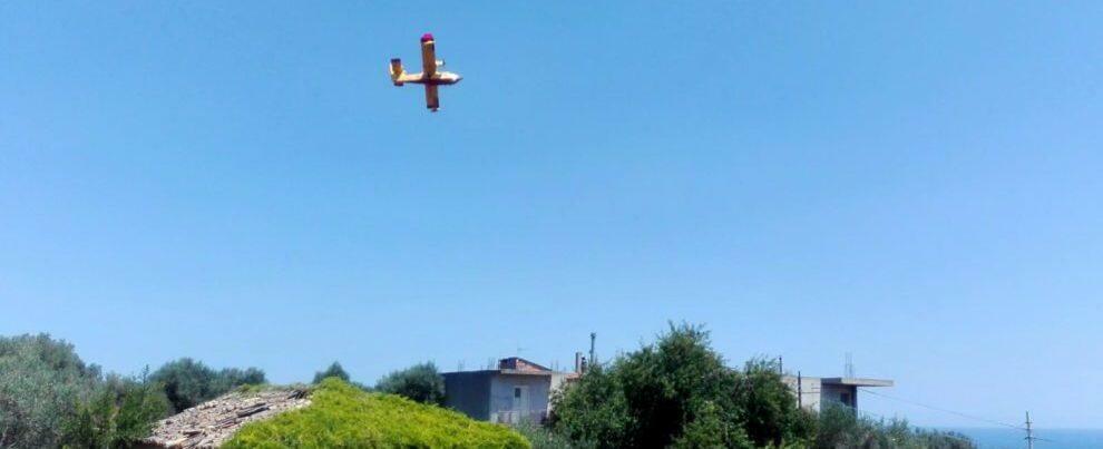 Fotonotizia: canadair in azione a Bovalino