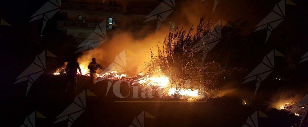 Incendio a Caulonia marina nei pressi del lungomare. Tempestivo intervento della Protezione civile