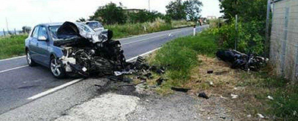 Incidente mortale sulla statale 106, terribile scontro tra auto e moto