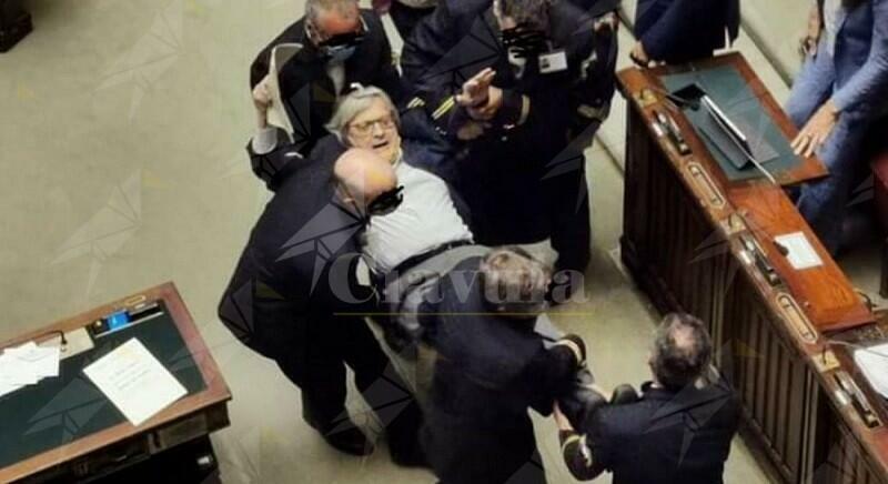 Pagliacciata di Sgarbi in parlamento