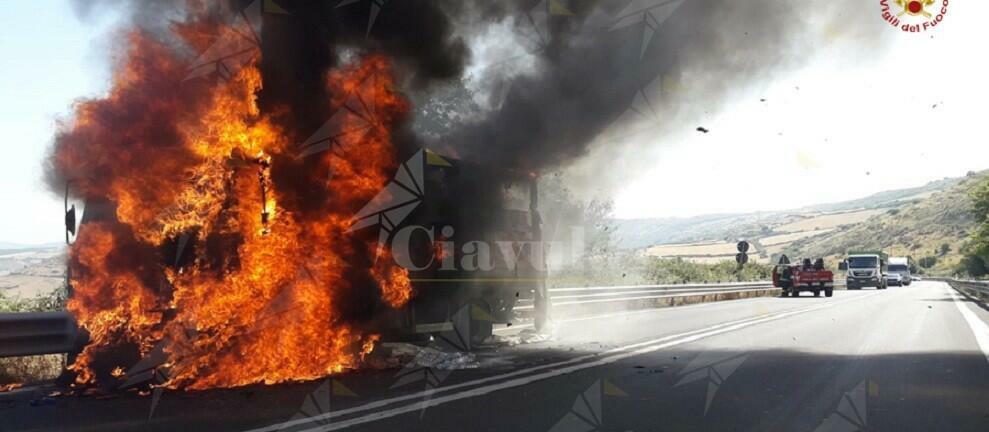 Autocarro in fiamme sulla S.S. 514, non ci sono feriti