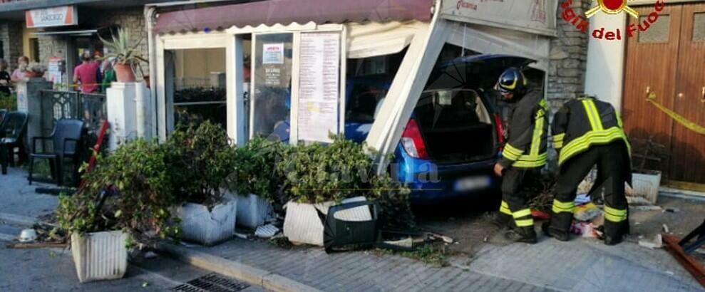 Scontro tra due auto: una finisce in pizzeria, 5 persone ferite