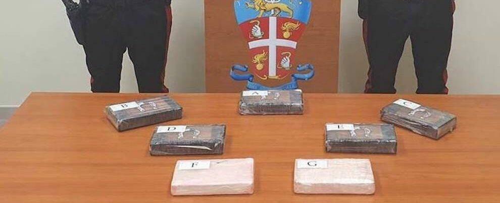 Poliziotto fermato in auto dai carabinieri a Locri con moglie e figlio. Trasportava 7,5 kg di cocaina