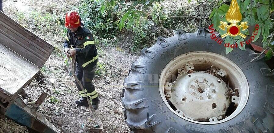 Si ribalta col trattore. Soccorso dai vigili del fuoco