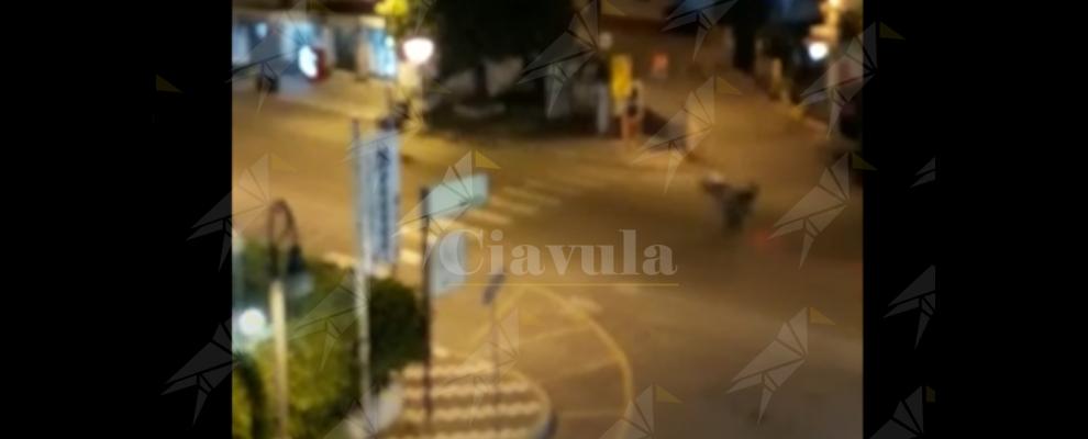 Gare notturne di impennate con gli scooter (truccati) per le strade di Caulonia marina – video
