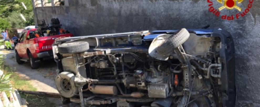 Incidente: auto si ribalta e il conducente rimane incastrato tra le lamiere