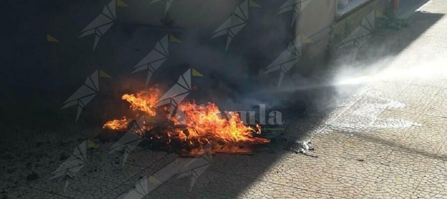 Incendiati i cassonetti al cimitero e danneggiate le lapidi. Lo sdegno di Falcomatà