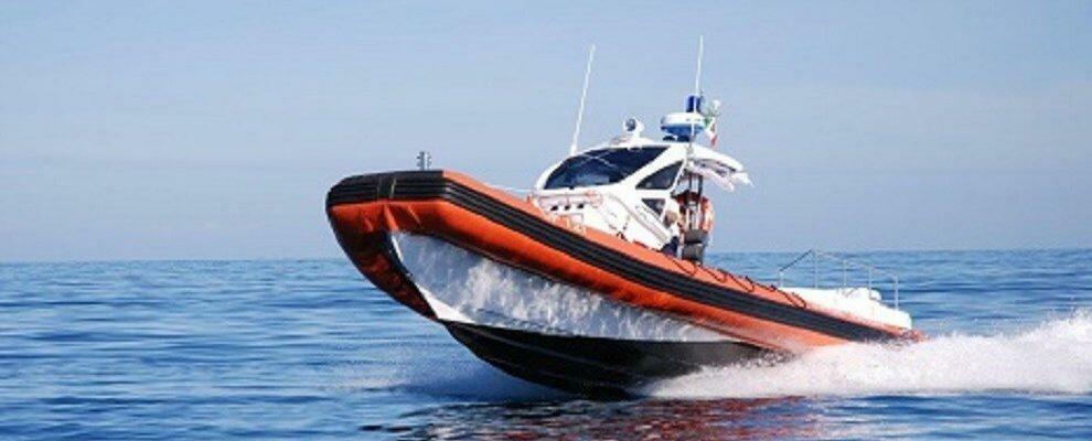 Incendio a bordo di un'imbarcazione nei pressi di Scilla, interviene la guardia costiera