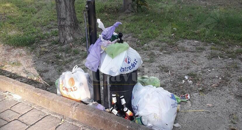 Caulonia: rifiuti abbandonati nella villa A. Frammartino