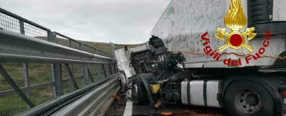 Camion contro guardrail, traffico bloccato sulla A2 nel tratto calabrese