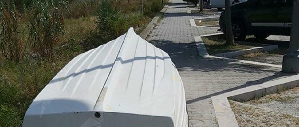 """Lettore segnala: """"Barca parcheggiata sul marciapiede del lungomare di Caulonia, dove sono i controlli?"""""""