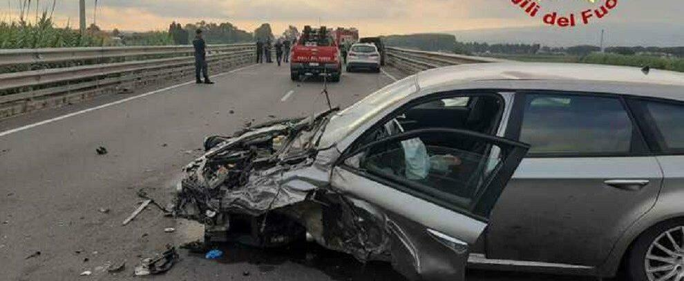 Terribile incidente stradale sulla S.S. 106 a Casignana tra pullman e auto