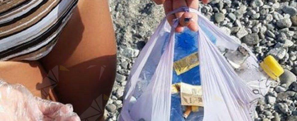 Fotonotizia: turiste ripuliscono la spiaggia di Caulonia