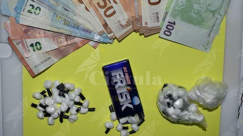 Trovato in possesso di 42 grammi di cocaina e 3.310 euro in contanti. Arrestato