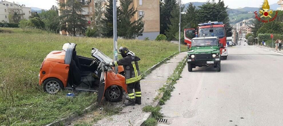 Auto esce di strada e si schianta contro un palo della luce