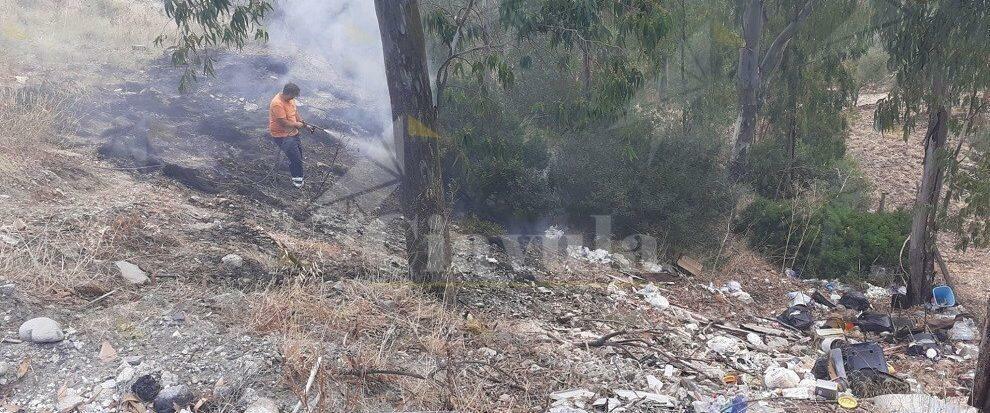 Incendio nei pressi del cimitero di Caulonia superiore