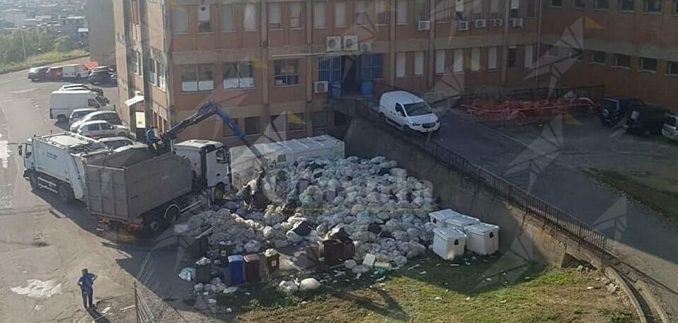 L'ospedale di Locri sommerso da tonnellate di rifiuti. Vergogna!