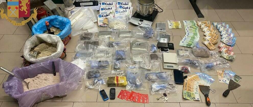 Trovato in possesso di 20 kg di droga e 50 mila euro in contanti. Arrestato