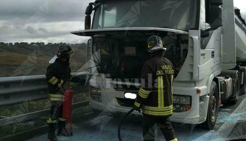 Calabria, camion in fiamme in autostrada, intervengono i vigili del fuoco