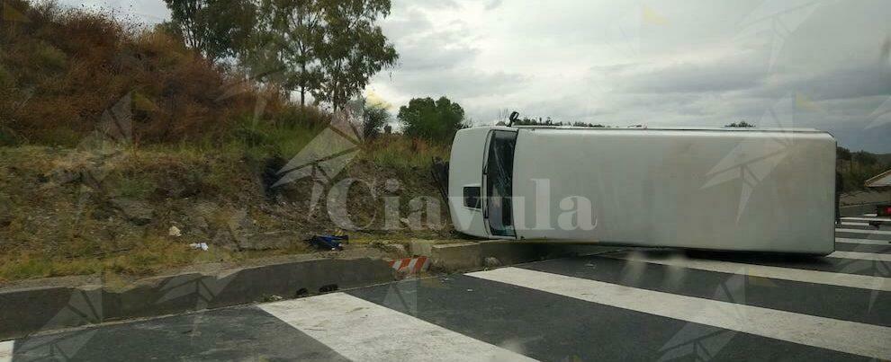 Incidente sulla nuova S.S. 106 allo svincolo di Canne: furgone ribaltato – video