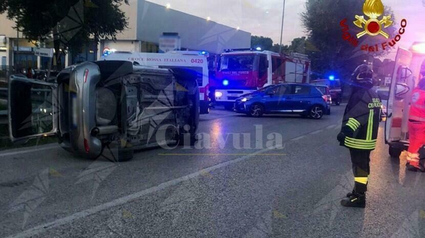 Incidente tra tre auto, una si ribalta