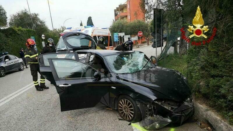 Anziano si schianta con l'auto contro una recinzione