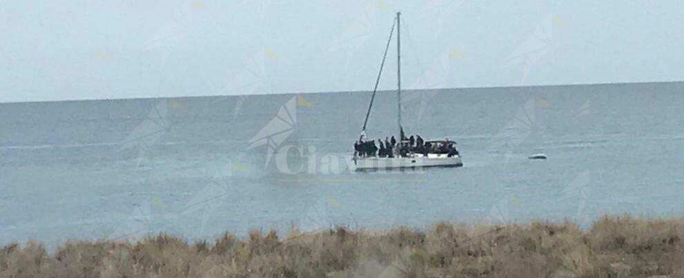 Sbarco di migranti a Bovalino, arrivati in 32 su una barca a vela