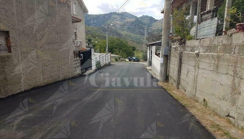 """La segnalazione del lettore: """"A Caulonia superiore si asfalta la strada solo davanti alla casa dell'assessore"""""""