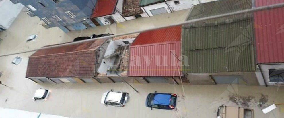 Maltempo, a Crotone strade e quartieri allagati. Frana sulla S.S. 106