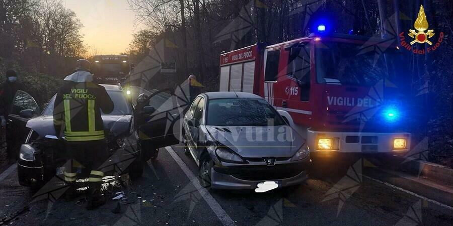 Incidente all'alba tra due auto