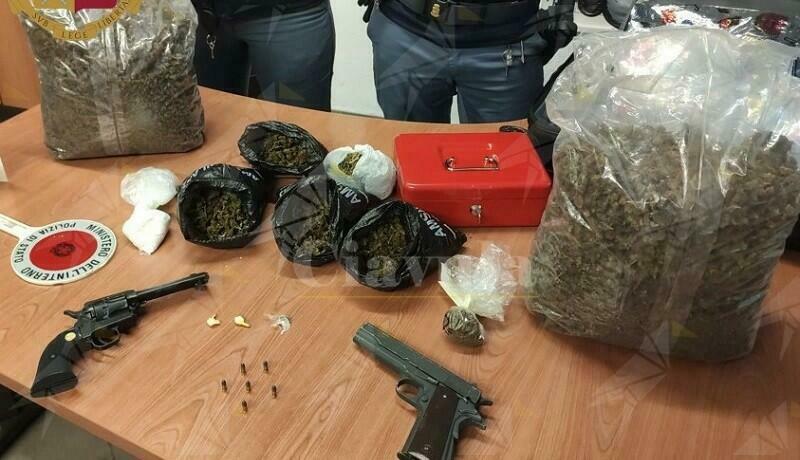 Trovato in possesso di armi e droga, arrestato