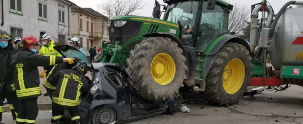 Automobile schiacciata da un trattore. Autista illesa